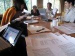 Stół z laptopami i dokumentami