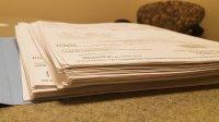 dokumenty leżące na stole