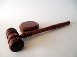 Prawo - młotek sędziego